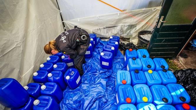 Tientallen vaten met grondstoffen voor drugs onder partytent in Eindhovense achtertuin