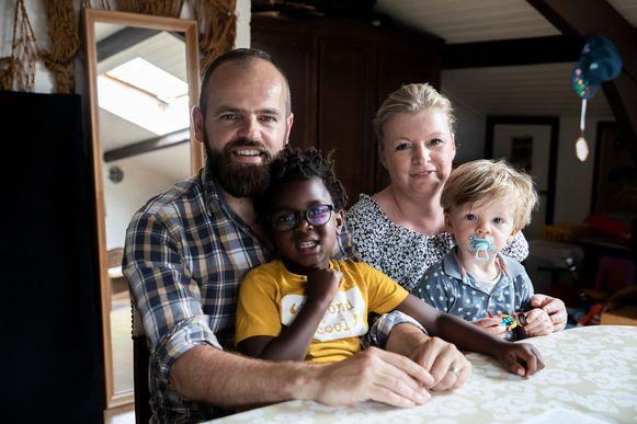 Raf Loyen, echtgenote Suzanne Gaens en hun twee zoontjes Gust en Kamiel. Ze laten alles achter in Bilzen en vertrekken naar Frankrijk om daar een chambres d'hôtes uit te baten.