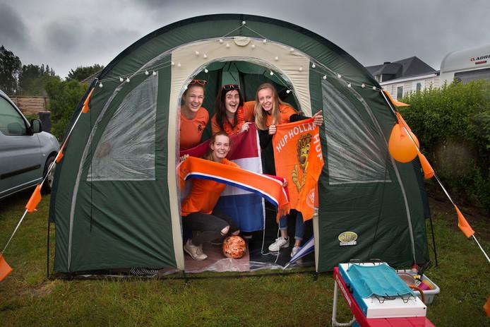 Oranje-fans Inge, Lisa, Rianne (vlnr). Gehurkt: Nynke.