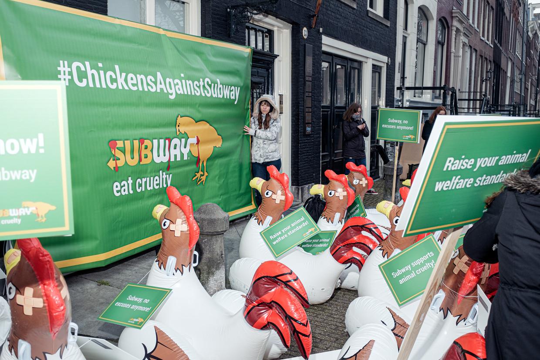 'Subway supports animal cruelty!' zo staat te lezen op één van de protestborden. Beeld Jakob van Vliet