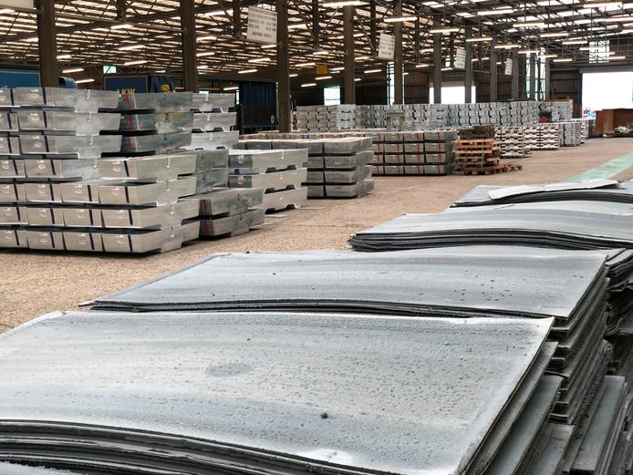 Net 'geoogste' zinkplaten bij Nyrstar in Budel-Dorplein en op de achtergrond de zinkbroden die ervan worden gemaakt en geleverd aan fabrikanten van onder andere verzinkt staal of dakbekleding.