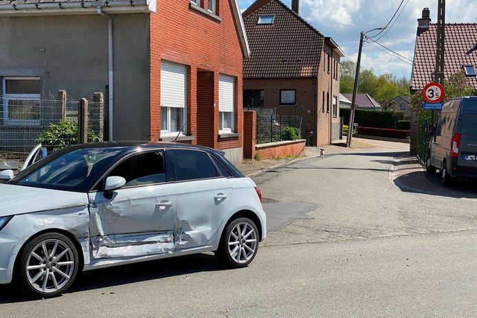 De personenwagen raakte zwaar beschadigd door de aanrijding op het kruispunt van Doorsteekstraat met Achterstraat in Mere.