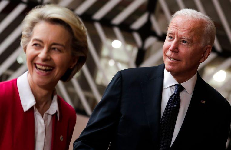 De Amerikaanse president Joe Biden werd in Brussel verwelkomd door de voorzitter van de Europese Commissie, Ursula von der Leyen. Beeld EPA