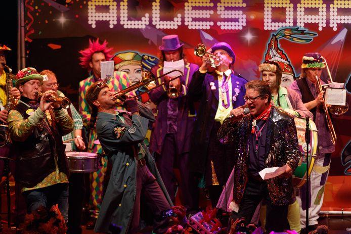 Roosendaal - 11/11/2016 - Foto: Marcel Otterspeer / Pix4Profs - De band 'Gift'um Kèès' moet nog weliswaar van papier de tekst lezen, maar wint het liedjesfestival voor carnaval 2017.