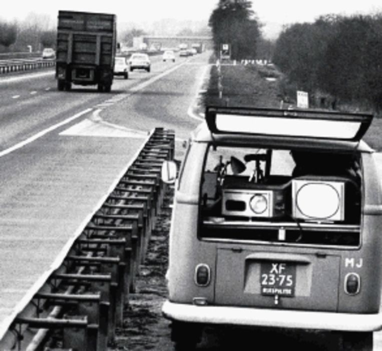 8 februari 1974, controle op A12. De 100 kilometer bestond net. (FOTO ANP) Beeld ANP