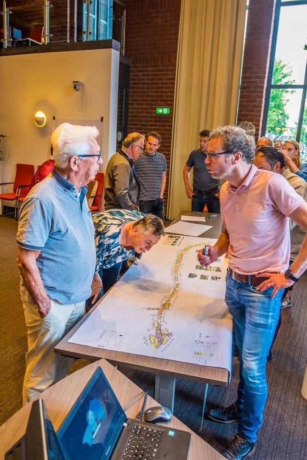 Veel belangstellenden bekijken en bespreken de plannen voor de nieuwe Europastraat. Joachim Wissink (rechts) legt uit.