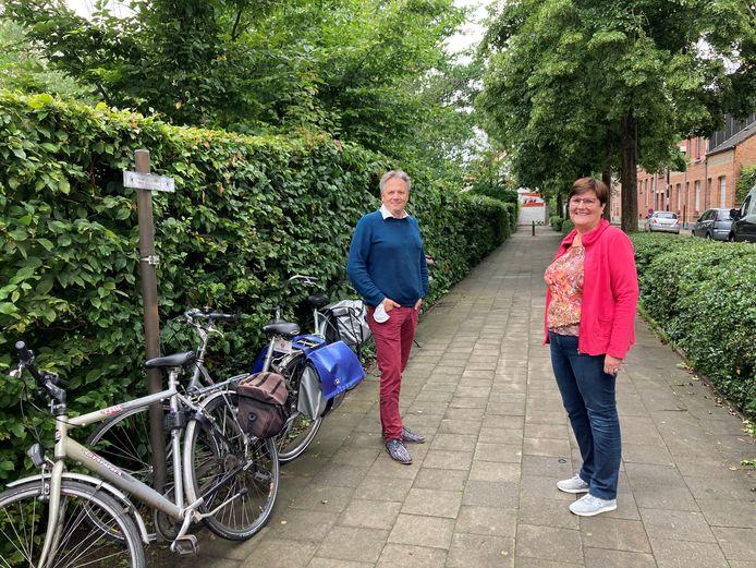 Bart Breugelmans (CD&V) en Greet Marivoet (CD&V) willen publieke fietsenstallingen in onder andere de Patronaatstraat. edegem