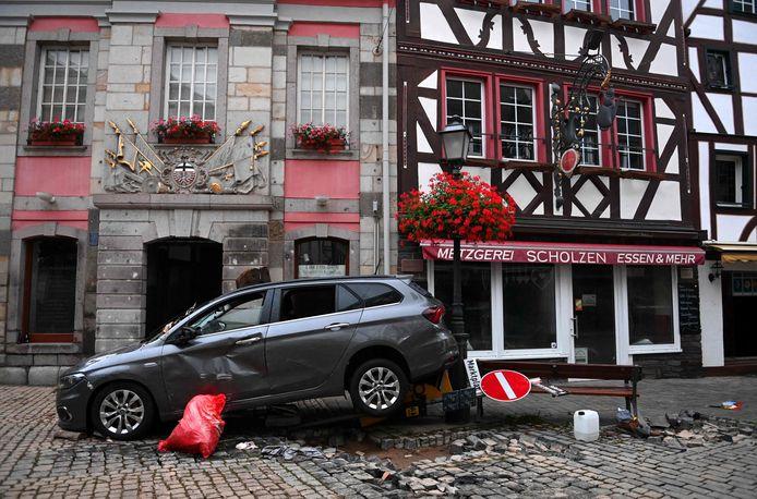 Een meegesleurde auto in Ahrweiler-Bad Neuenahr