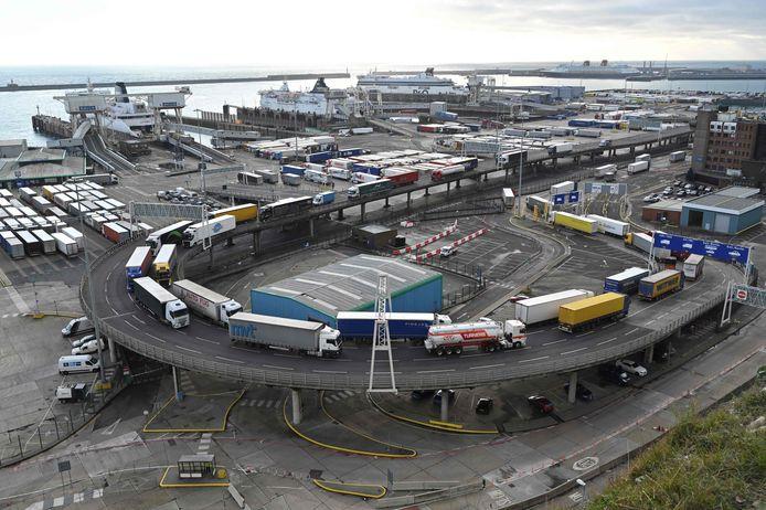 Dans cette photo d'archive prise le 10 décembre 2020, des camions de marchandises sont vus faisant la queue pour partir après être arrivés par ferry au port de Douvres sur la côte sud de l'Angleterre. - Le 14 septembre 2021, la Grande-Bretagne a déclaré qu'elle repousserait sa mise en œuvre de contrôles complets aux frontières post-Brexit pour les marchandises en provenance de l'Union européenne, alors que la pandémie, la paperasserie et les nouvelles règles d'immigration alimentent les problèmes d'approvisionnement.