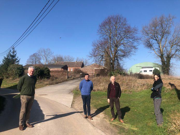 Buurtbewoners Lieven De Schamphelaere, Serge Wyns, Jan Vermeulen en Sophie Kuijken verzetten zich tegen de mogelijke komst van een dierenasiel in de voormalige boerderij op de achtergrond.