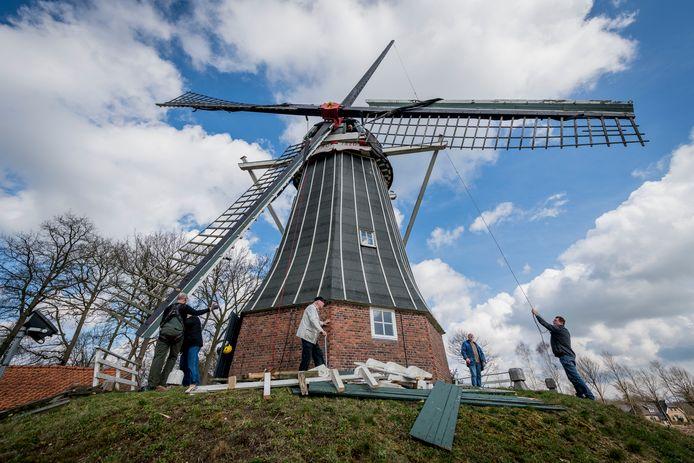 De 10 jaar molen van Geesteren krijgt een opknapbeurt.
