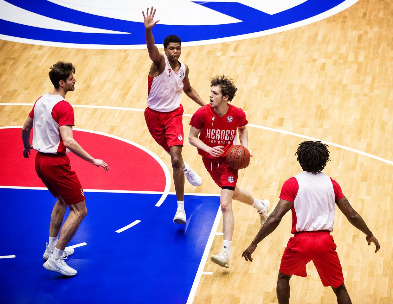 De eerste contacttraining bij de basketballers van Den Bosch.   Beeld Jiri Buller / de Volkskrant