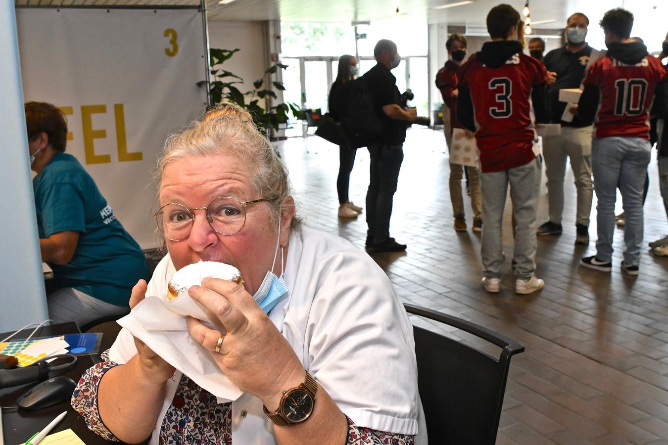 Een vrijwilligster laat zich de lekkernijen smaken.