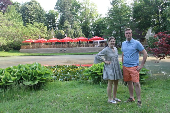 Laurence Vansteenkiste en Dieter Vanthournout aan de nieuwe stek van zomerbar Kastello in domein Ter Wallen, aan de kasteelvijver.