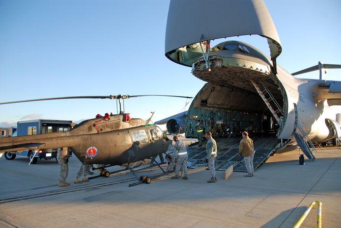 De neus van het vliegtuig kan ook geopend worden om in te laden. Het maximale laadvermogen van de C-5 is ruim 122 ton.