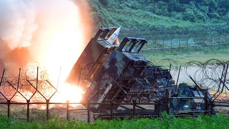 Een Amerikaans raketsysteem vuurt in Zuid-Korea een raket af richting Noord-Korea. Beeld photo_news