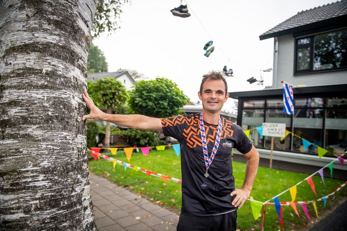 Hardloper Niek Dijkstra werd bij thuiskomst zondagavond feestelijk onthaald door de buren, die diep respect hebben voor zijn 'bizarre prestatie'. De Nijverdaller liep de Elfstedentocht in drie dagen.