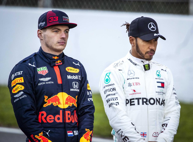 Max Verstappen (l) naast Lewis Hamilton.