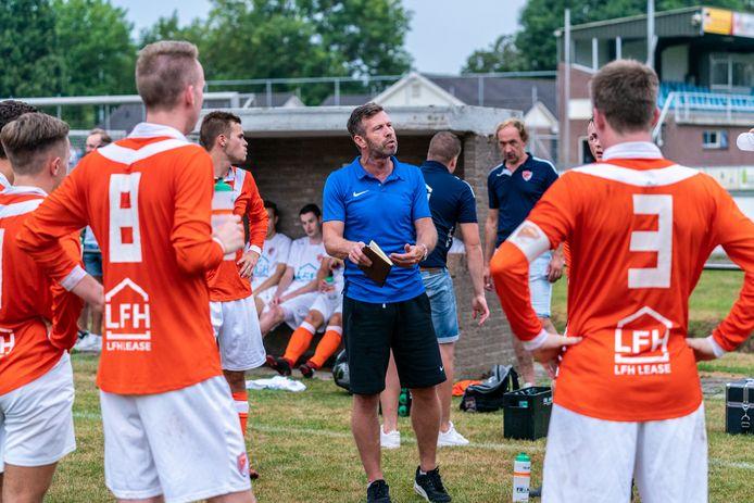 SV Angeren-trainer Gerrit-Jan Barten onderwijst zijn spelers.