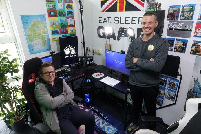 Jongerenwerker Dirk Leijten (rechts) in de 'game area' in jongerencentrum de Tune. Tiemo Dingenouts is er vaak te vinden. Hij is een getalenteerd video- en geluidstechnicus, met een liefde voor editing en vormgeving.
