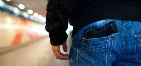 Dordtenaar (19) opgepakt met half doorgeladen wapen in broeksband