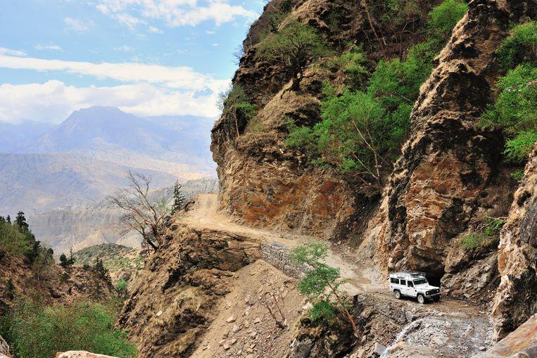 De enige, rudimentaire weg in Upper Mustang, die zich op 4.000 meter hoogte naar de hoofdstad Lo Manthang slingert. Beeld David Devleeschauwer
