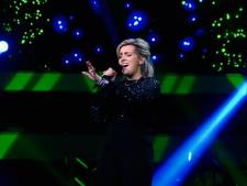 Na Billie Jean vertolking vliegt stewardess Nienke door naar liveshows The Voice of Holland