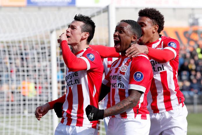 Hirving Lozano viert de 0-1 van PSV tegen VVV. De middag werd nog mooier voor PSV, omdat Ajax tegen AZ verloor.