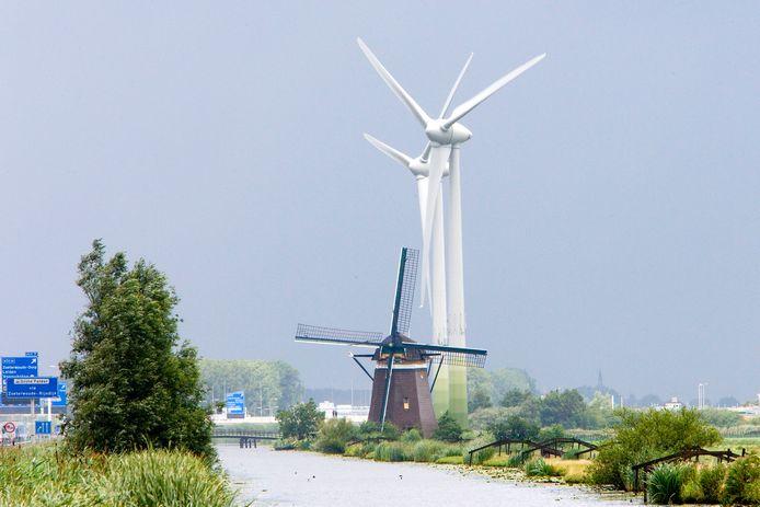 Windmolens bij de A4 in Zoeterwoude. Verderop, bij Roelofarendsveen bijvoorbeeld, ziet de Vereniging tot behoud van open landschap ze liever niet komen.
