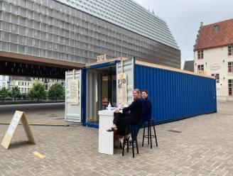 Zeecontainer aan stadshal bevat dertig hedendaagse interpretaties van verdwenen Lam Gods paneel