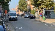 Hoezo gedaan met dubbelparkeren op de Merodelei? Bestelwagens nog altijd op rijbaan omdat geparkeerde auto's laad- en loszones inpalmen