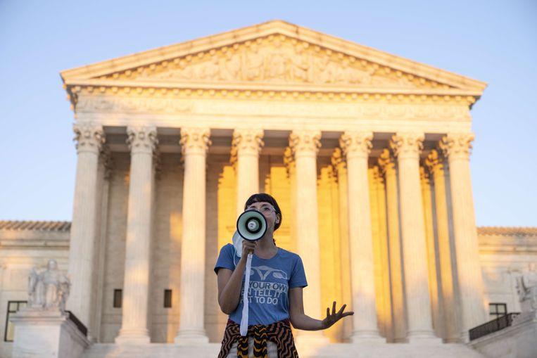 Een activist spreekt zich voor het gerechtsgebouw in Washington DC uit tegen de beslissing van het hooggerechtshof de Texaanse wet niet te blokkeren. Beeld AFP