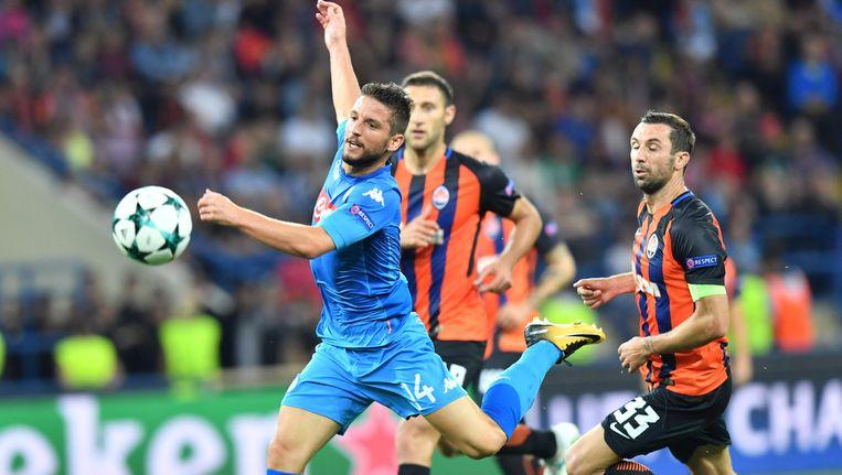 Darijo Srna (rechts) loopt achter Dries Mertens aan in het CL-duel tegen Napoli. Beeld afp