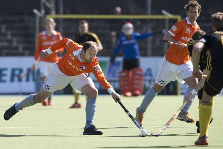 Teun de Nooijer (L) van Bloemendaal in actie tegen Beeston HC tijdens de wedstrijd in de European Hockey League. Beeld anp