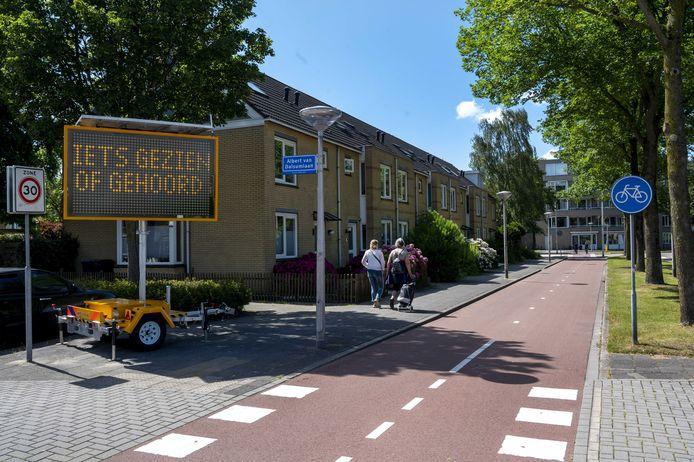 Borden geplaatst door de politie in de Amstelveense Westwijk waar de 14-jarige Frederique Brink is mishandeld, omdat ze niet wilde vertellen wat haar geslacht is.