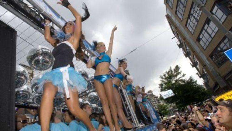 Deelnemers en toeschouwers tijdens de Dance Parade van 2008. Foto ANP Beeld
