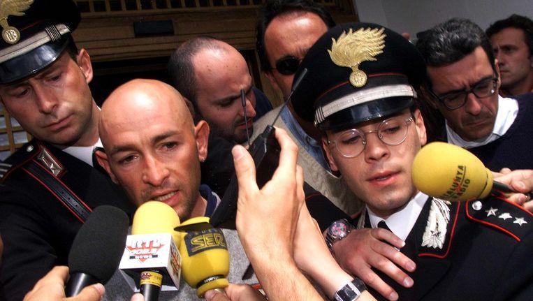 Marco Pantani verlaat zijn hotel nadat hij te horen heeft gekregen dat hij betrapt is op doping in 1999 Beeld anp