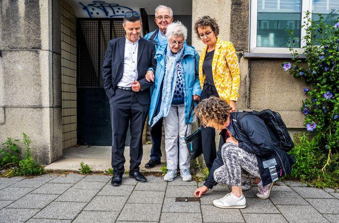 Loes Markus-Van Rhijn (midden) bekijkt met haar dochters Joke en Emmy de gedenksteentjes voor haar ouders.  Ook echtgenoot Aart Markus en Michel van Rhijn, zoon van haar enige broer, waren aanwezig.