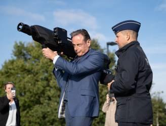 Burgemeester Bart De Wever gebruikt anti-droneapparaat tijdens opleiding Skyfall van politiezone Antwerpen