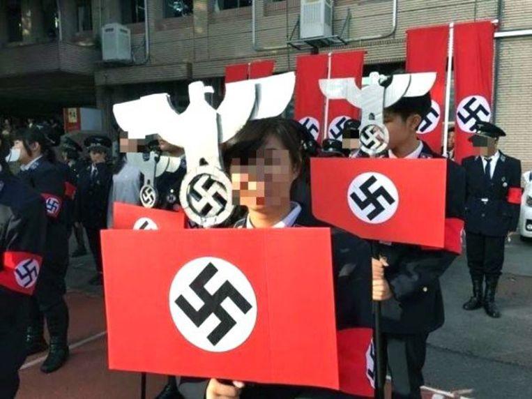 Beelden van de nazi-viering in de Kuang Fu High School in Taiwan.  Beeld EPA