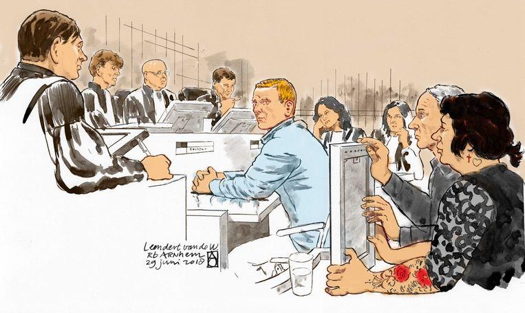 De ouders van Levi Thoonen hadden een foto van hun zoon meegebracht naar de rechtszitting. Midden: de veroordeelde Leon van de W. (27).