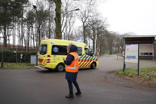 En nog een ambulance arriveert bij het azc in Overloon.