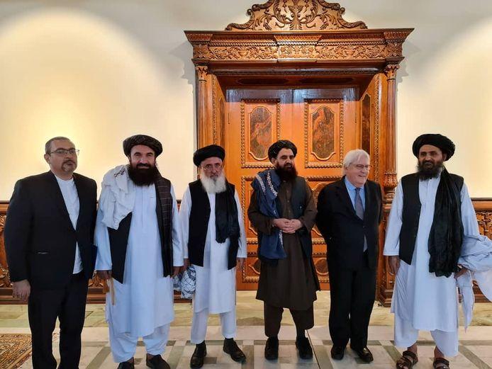 De talibanleider Abdul Ghani Baradar (uiterst rechts) met naast hem VN-noodhulpcoördinator Martin Griffiths. (05/09/2021)