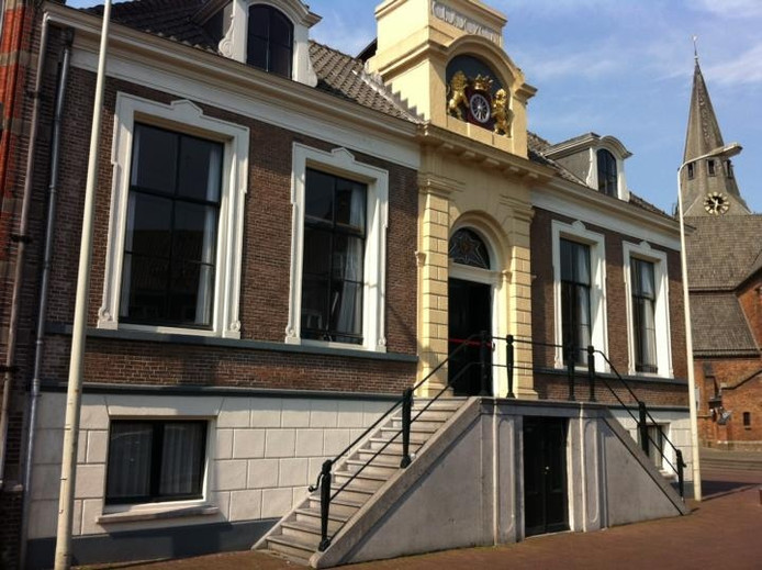 Het bordes van het stadhuis van Wageningen.