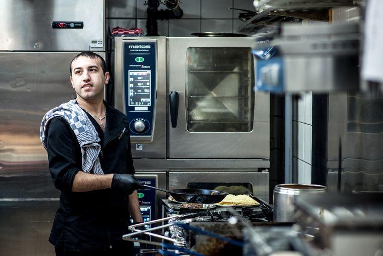 Jihad werkt in een restaurant in Bornem. Beeld Tine Schoemaker