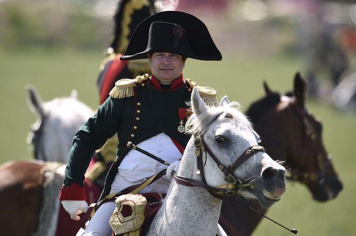 Een man gekleed als Napoleon Bonaparte neemt deel aan een re-enactment van de Slag om Ligny in de buurt van Namen. Archieffoto.