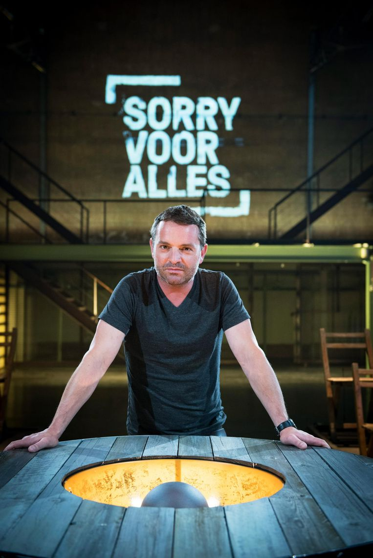 Adriaan Van den Hoof presenteerde zondagavondprogramma 'Sorry voor alles'. Beeld VRT - Lies Willaert