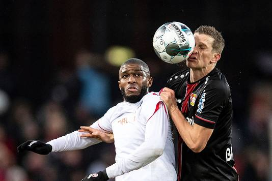 Anthony Modeste van 1. FC Köln in duel met Sven Bender van Bayer Leverkusen.