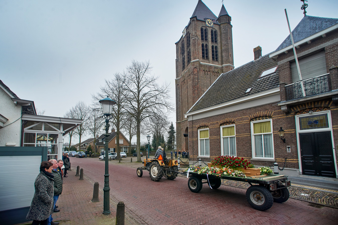 De uitvaart van Adriaan van Zandvoort, die met de tractor en platte kar naar de kerk in Geffen wordt gebracht.