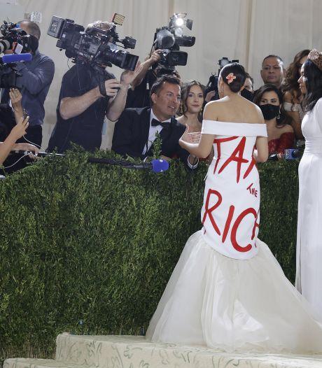 """Alexandria Ocasio-Cortez porte une robe qui invite à """"taxer les riches"""" alors qu'elle est entourée de riches au MET Gala"""